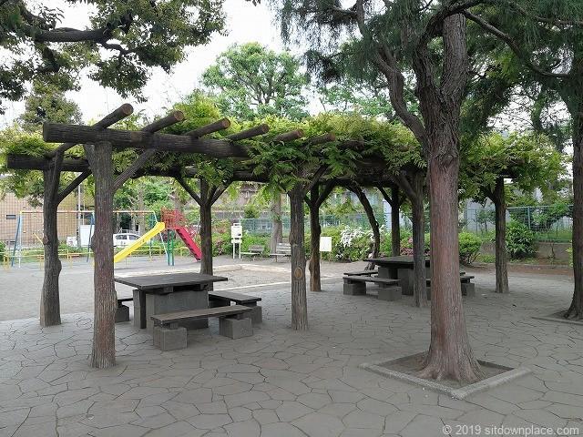 明正公園のパーゴラ休憩場所