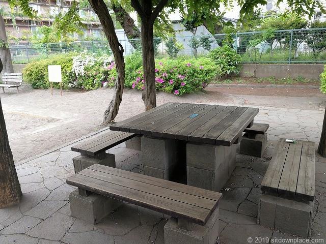 明正公園のパーゴラのテーブル席