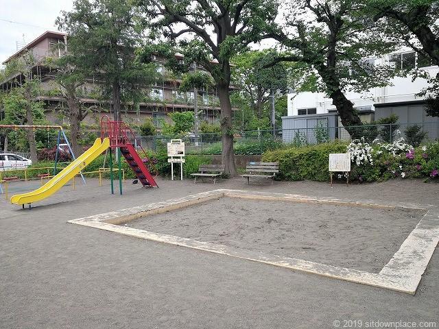 明正公園の遊具と砂場と鉄棒