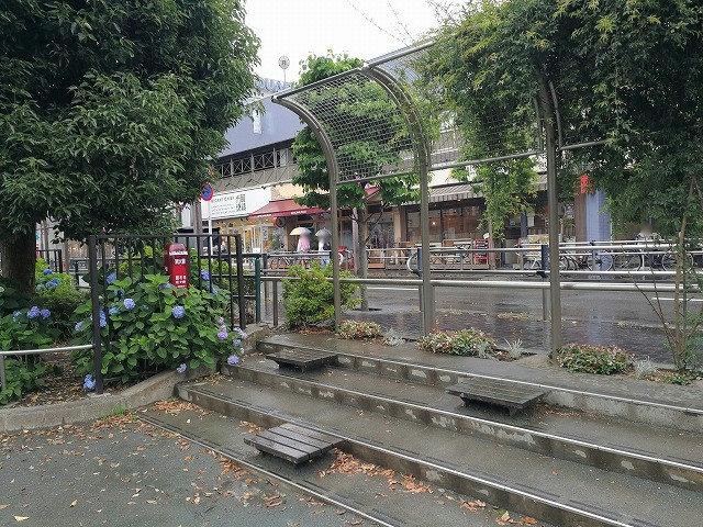 仙川駅前公園の休憩場所