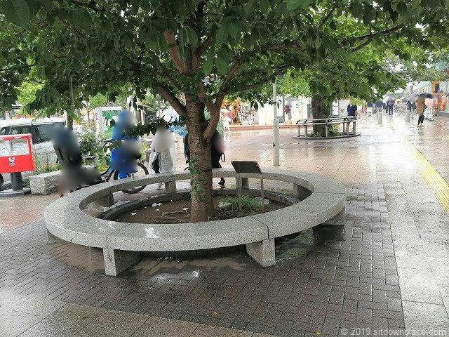 仙川駅前広場の休憩場所