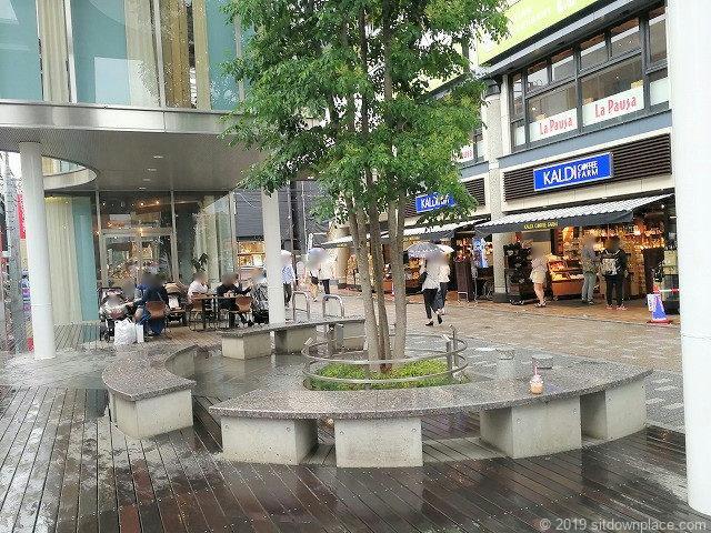 ぴぼっと仙川猿田彦珈琲付近の休憩所