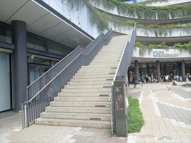 ソラマチ1Fソラマチひろばのスカイアリーナに通じる階段