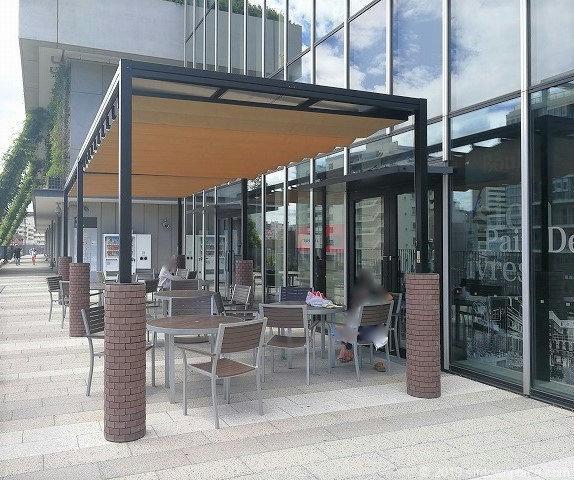 ソラマチ2Fデッキ4番地のテーブルがある休憩場所