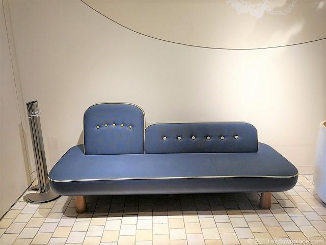 ソラマチ2F12番地エスカレーター横のソファ