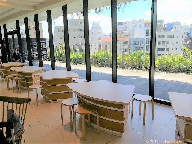ソラマチ3F9番地エスカレーター横のテーブル席とテラス