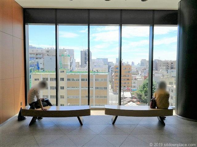 ソラマチ4F4番地のガラス窓からの景観が楽しめるベンチ