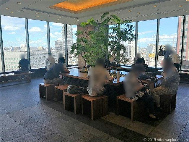 ソラマチ6F12番地のテーブルがある休憩場所