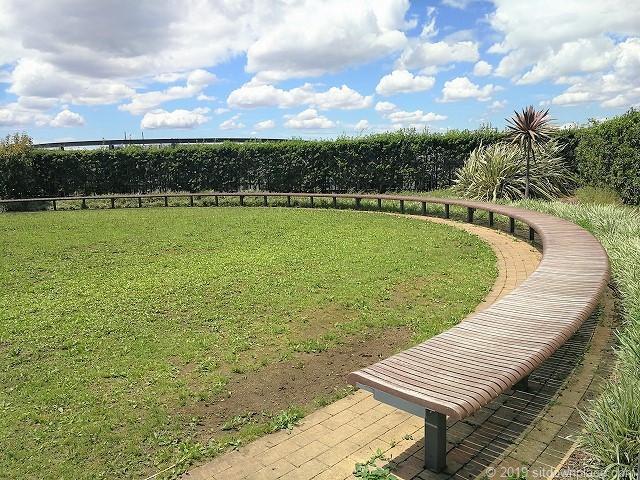 ソラマチ8Fドームガーデンの長いベンチ