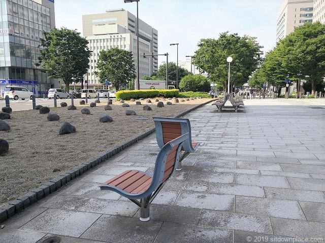 富山駅北口いたち川付近の1人掛けベンチと2人掛けベンチ