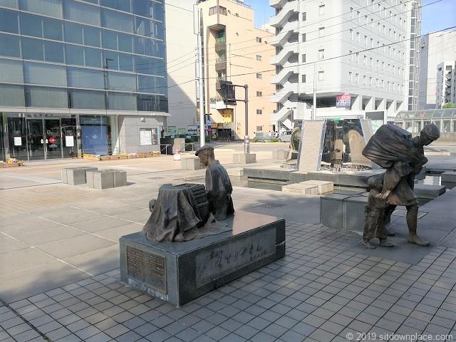 富山駅南口くすりやさんの像