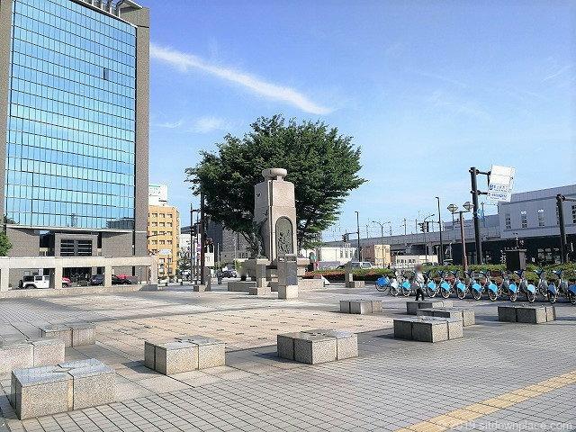 富山駅南口富山の薬売りモニュメント広場の石材ベンチ