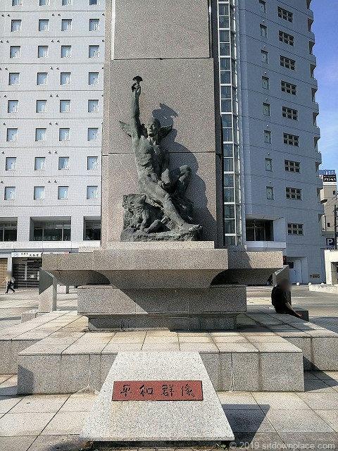 富山駅南口平和群像のモニュメント