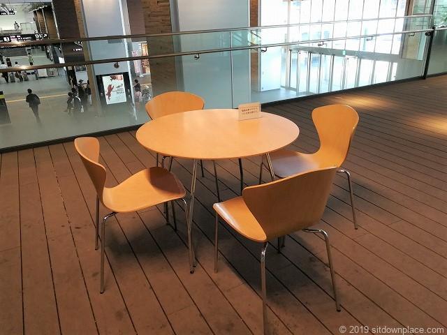富山駅新幹線中央改札口前2Fデッキのテーブル席