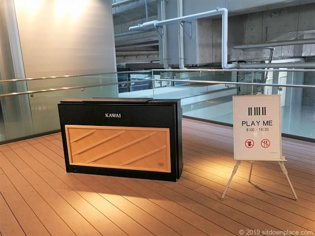 富山駅新幹線中央改札口前2Fデッキのピアノ