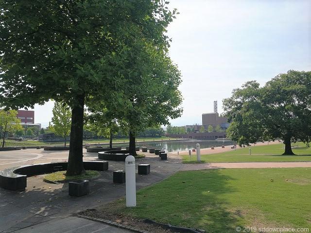 環水公園カナルパークの木々とベンチ