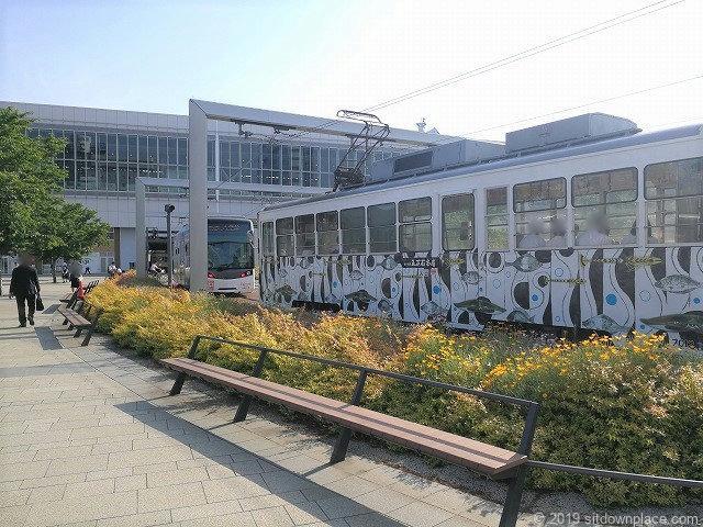 富山駅南口広場のベンチ