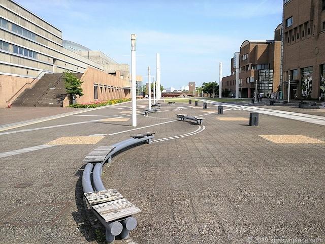 富山市総合体育館前のストリームラインを描くベンチ