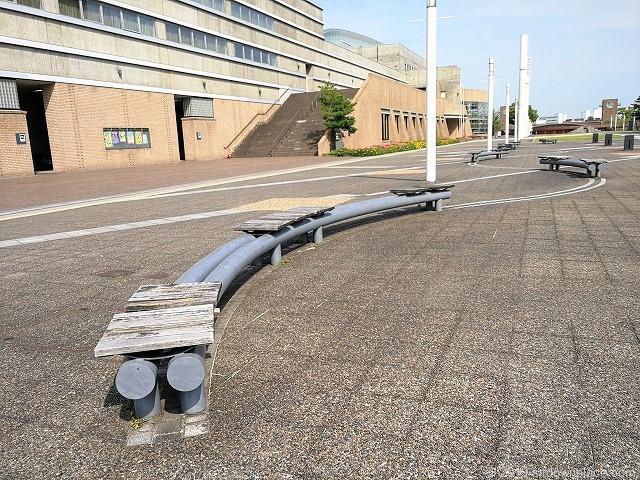 富山市総合体育館前の特徴的なベンチ
