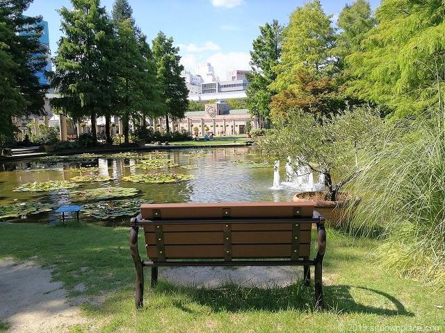 久屋大通庭園フラリエのウォーターガーデンのデート向きベンチ