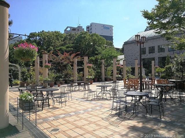 久屋大通庭園フラリエ中庭のテーブルチェア