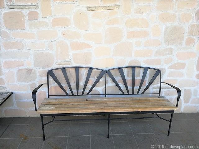 久屋大通庭園フラリエ西ウイングの座面が木製のガーデンベンチ