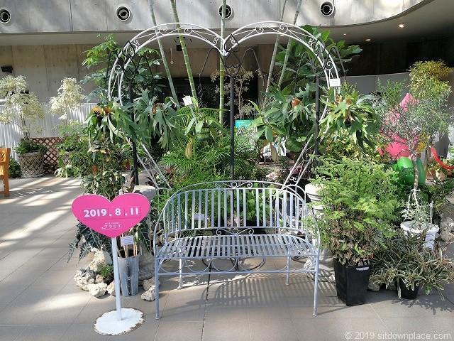 久屋大通庭園フラリエクリスタルガーデンのインスタ映えするハートであしらったベンチ