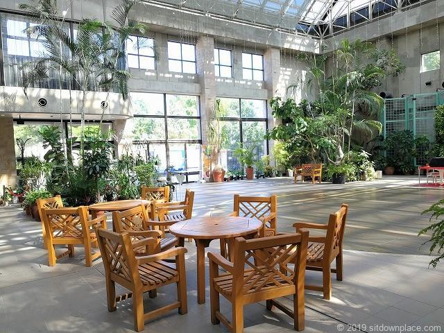久屋大通庭園フラリエクリスタルガーデンの重厚な木製テーブル
