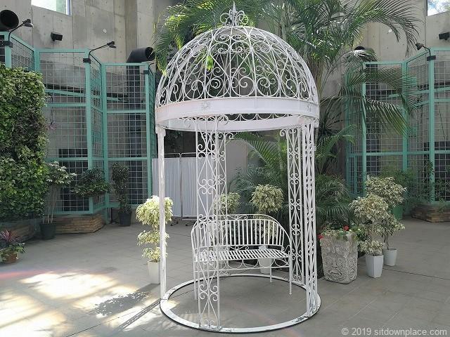 久屋大通庭園フラリエクリスタルガーデンのヨーロッパの庭園にあるようなベンチ