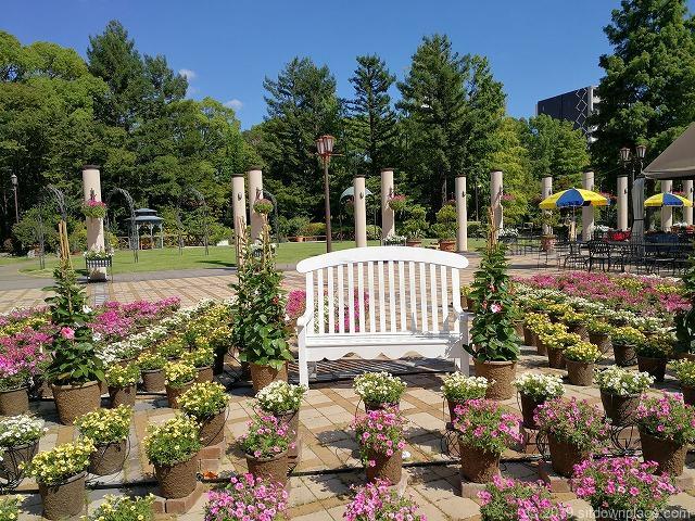 久屋大通庭園フラリエ中庭のプランターに囲まれたインスタ映えするベンチ