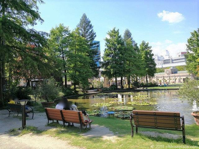 久屋大通庭園フラリエのウォーターガーデンの休憩場所