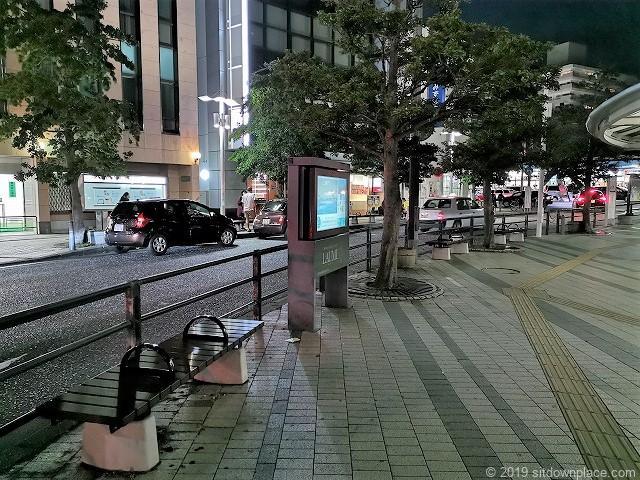 逗子駅前ロータリーのベンチ