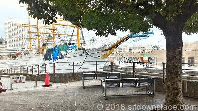 桜木町日本丸正面の座れる休憩場所