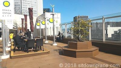 大丸梅田15F太陽の広場の座れる休憩場所