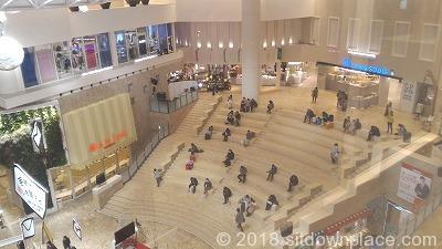 祝祭広場大階段の座れる場所全体