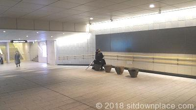 有楽町地下街のマリオン側出入口付近の座れる休憩所