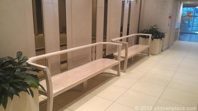 あべのハルカスタワー館エレベーター前の木製ベンチ