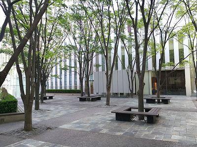 赤坂見附プルデンシャルタワーのイーストレジデンスプラザ前の座れる休憩場所全体