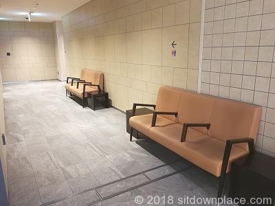 東京ガーデンテラス化粧室付近の休憩場所