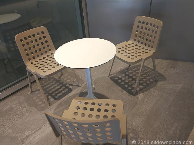 東京ガーデンテラス紀尾井タワー前のテーブル席
