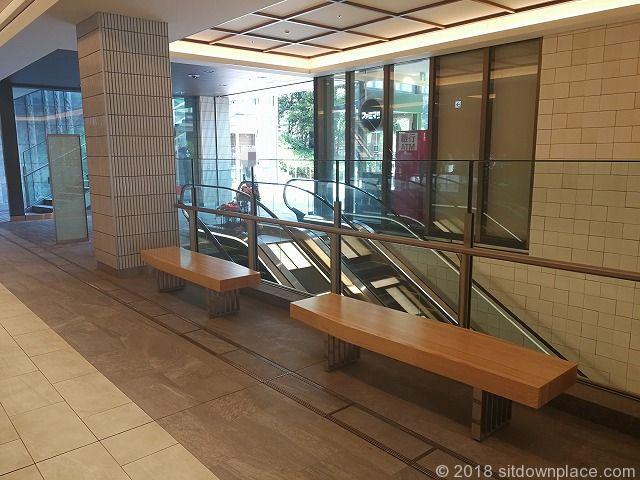 東京ガーデンテラス紀尾井タワー前の木製ベンチ