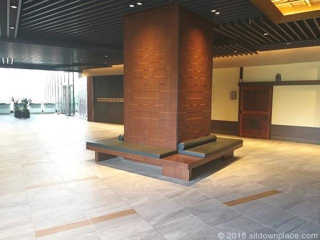 東京ガーデンテラス3Fのエスカレーター付近の休憩場所