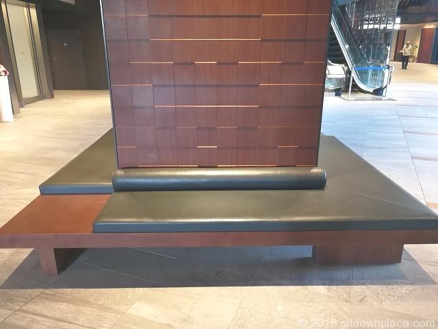 東京ガーデンテラス3Fのソファベンチ