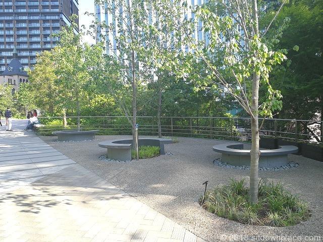 東京ガーデンテラス紀尾井町芽生えの庭の半円ベンチ