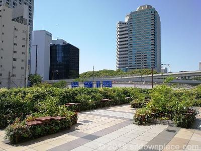 赤坂見附オープンテラスの座れる休憩場所全体