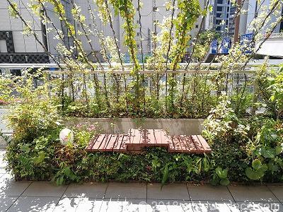 赤坂見附オープンテラスのベンチ