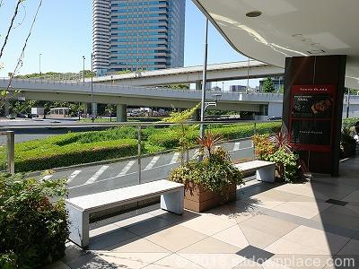 赤坂見附オープンテラスの永田町駅方面のベンチ