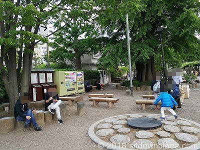 浅草寺二天門側の座れる休憩場所のベンチ