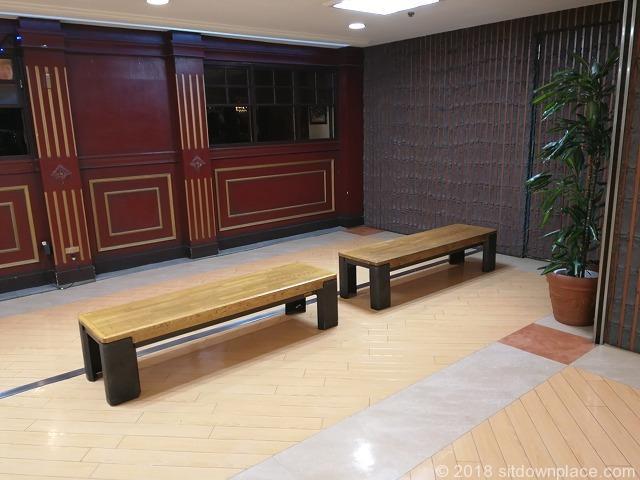 銀座INZ1 2F 階段付近ブルドッグ横の座れる休憩場所