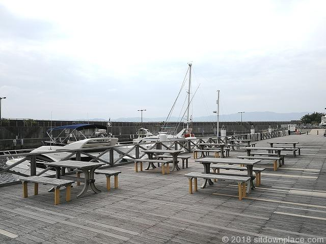 初島フィッシャリーナの木製テーブル席その2